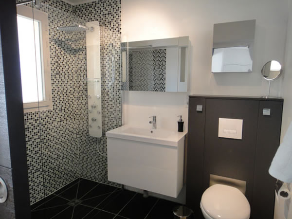 Black And White Small Bathroom Decoration