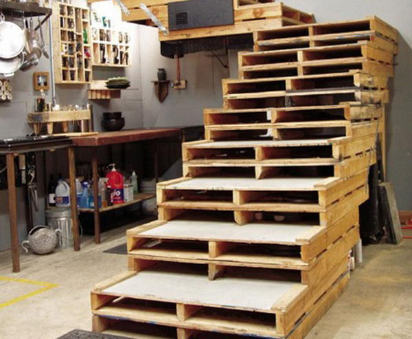 Wooden Pallet Staircase Primitive Decorating Idea,