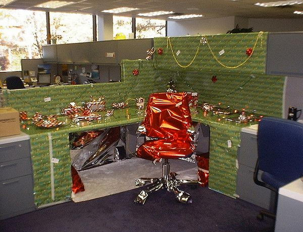 20 creative diy cubicle decorating ideas hative for Decorating your house for christmas