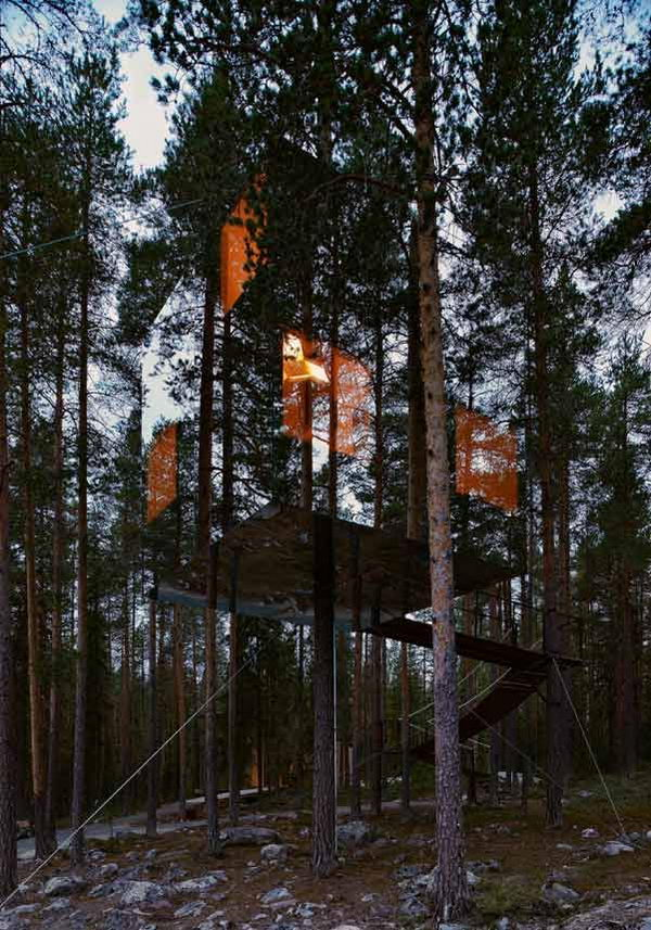Mirrorcube Tree House Hotel in Sweden. Seen blending in by its reflection of the trees around, the mirrorcube provides a room of glass nearly invisible to the human eye.