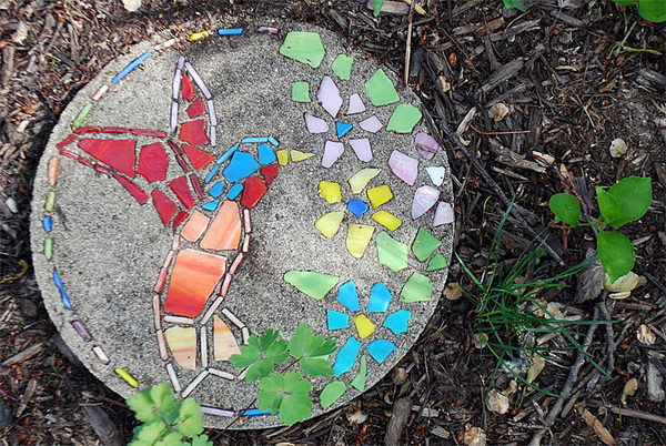 DIY Hummingbird Garden Stepping Stone. Not only functional but also can be used to decorate your garden. Make the walk in your garden more exciting and fun.