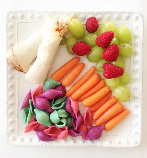 This rainbow shell past is a simple and fun way to incorporate the colors of the rainbow into a lunch.
