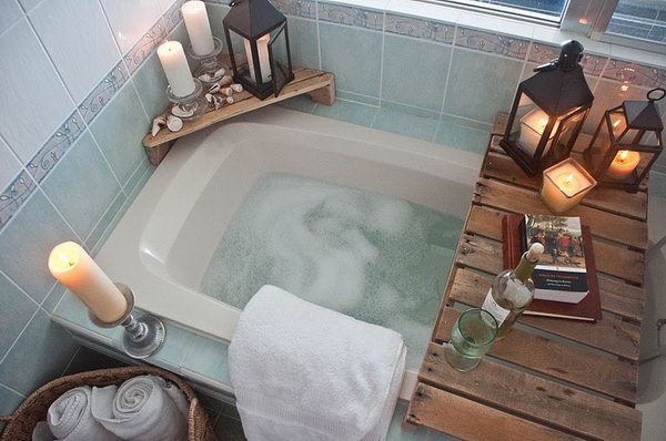 Diy bathtub surround storage ideas hative - Decoration avec des palettes ...