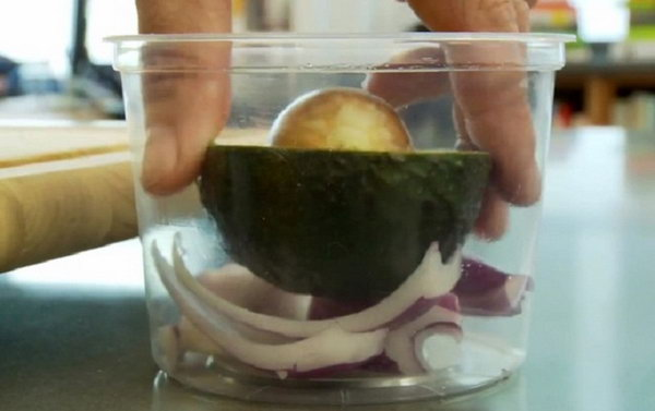 How to Keep Cut Avocados Fresher and Longer. Store it with an onion. Put the cut avocado in an airtight container with a piece of onion, cover with a lid and store in the refrigerator. It should keep for a couple of days.