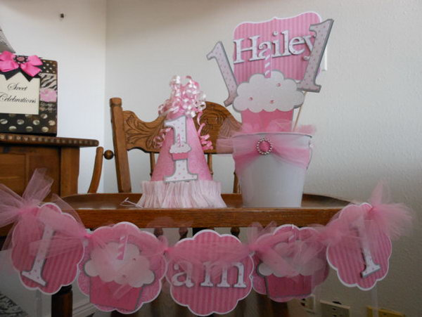 The hot pink and whitecolors are perfect for your kid's Minnie Mouse themed birthday party. These small matching decoration items for a sweet celebration will surely make your kid's party something to remember. http://hative.com/cute-minnie-mouse-party-ideas-for-kids/