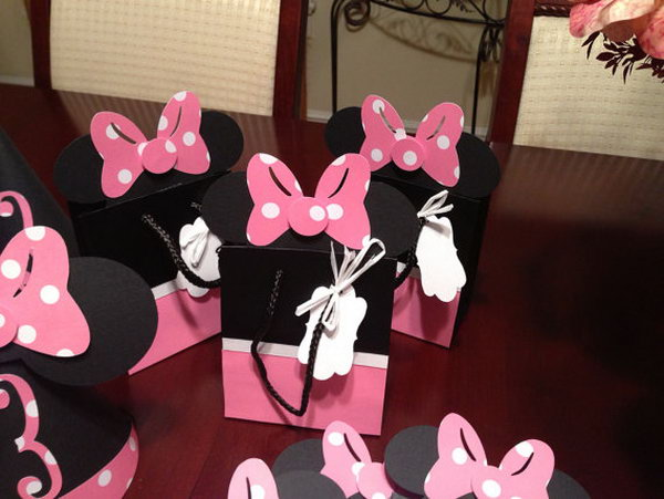 Look at these cute party favor bags. I like the stylish creation of Walt Disney design, you see, there are adorable resembling Minnie dress and bow. It's perfect to celebrate this party with party bags with handles. http://hative.com/cute-minnie-mouse-party-ideas-for-kids/