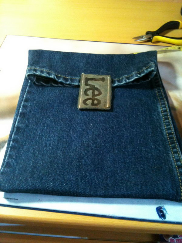 DIY iPad case out of old jeans. Next time ,don't just throw away your old jeans. Here's a creative way to turn them into a unique iPad case.