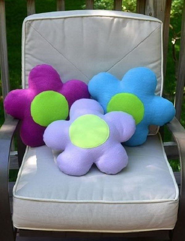 These colorful DIY flower pillows are absolutely decorative. See how to do