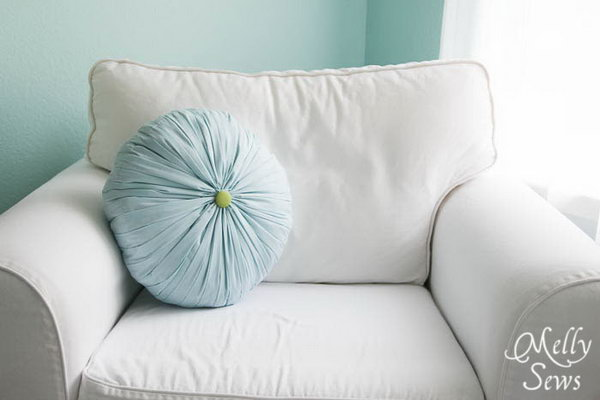 Get this round pleated pillow tutorial
