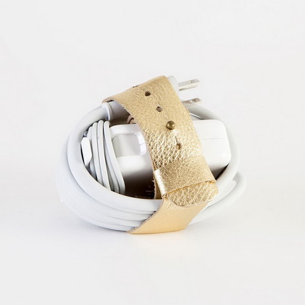 Cordlupa. This cordlupa is designed to stay on your charger's cube for easy and convenient store when the graduate travel around. It's fantastic to help keep the graduate's earplug under control with this gold leather belt strap. http://hative.com/graduation-gift-ideas/