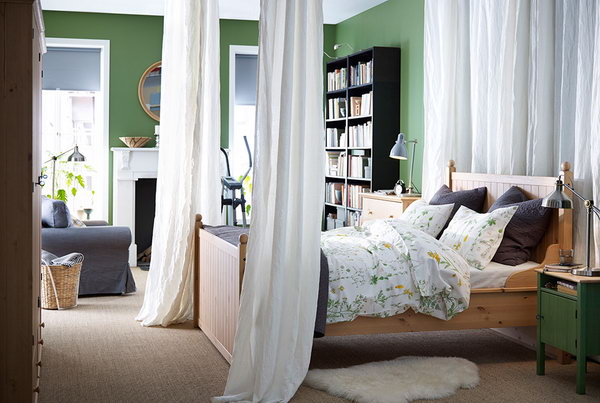 The combination of green and white in the bedroom design can always gives us the feeling of freshness and show off the natural beauty.