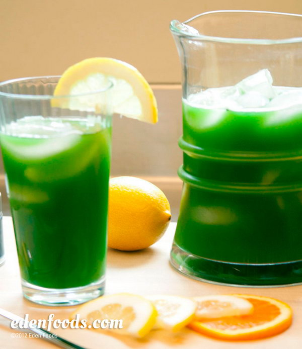 Iced Matcha Tea. Refresh all your guests on a summer day with this iced matcha tea. Pour the dissolved matcha into glasses, place ice cubes, lemon slices, orange and tangerine to add up its fresh flavor.