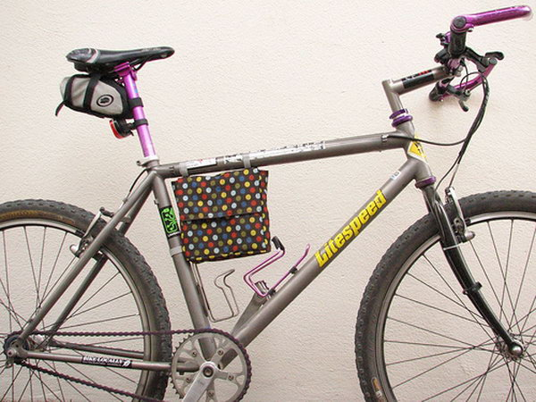 DIY Father's Day Bicycle Frame Lunch Bag. If your father is fond of bicycle riding, you can DIY a bicycle frame lunch bag for him to bring his lunch when he's commuting or just going to the park. See how to do it here.