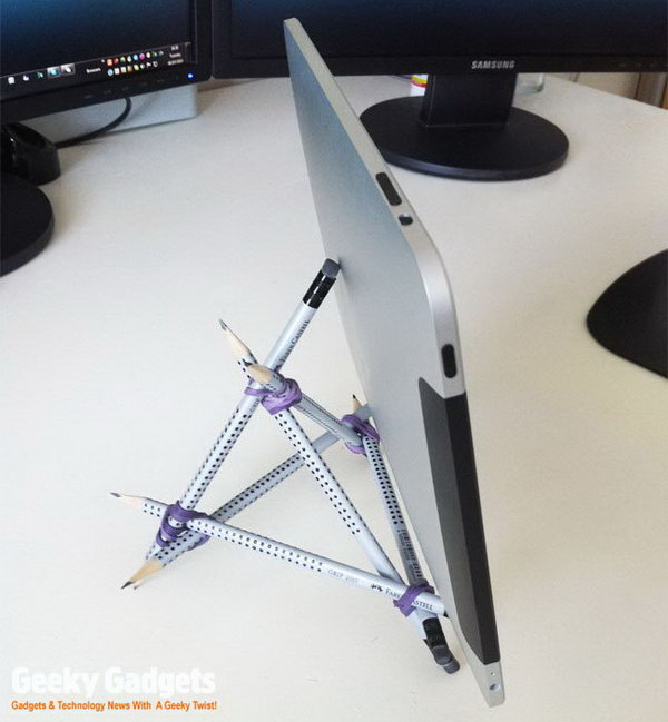 DIY pencil iPad stand. This is a smart way to creat a handmade iPad stand with six pencils and four rubber-bands.