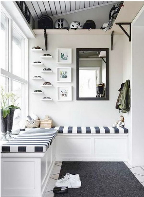 Black and white mud room. The contrast between white and black is so beautiful and applied to interior design for a long time.