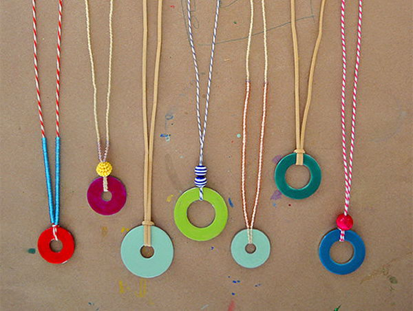 DIY Washer Necklaces with Nail Polish. It's simple and fun to make these washer necklaces. I think kids will love these crafts very much. Here's the detailed tutorial for your reference.
