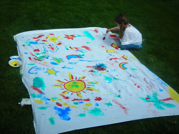 Art on the Lawn. Stake sheet on the lawn and fill the bowl with paint colors. Use sponge paint brush for the colorful paint art on the lawn. This game is very helpful to raise the artistic sense of kids in such an easy and funny way.