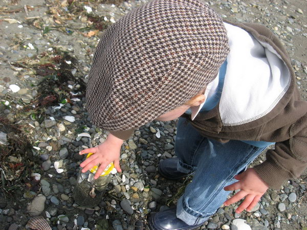 Nature Jar. Take your glass jar to a beach and ask your kid to collect surprising things from nature such as strange rocks or clam shell. It's a good way to discover nature in this funny way in summer.