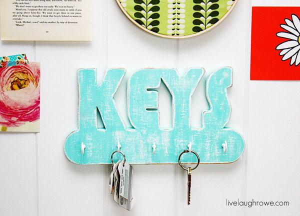 Dremel Moto Saw Key Holder. A fun wood project that anyone can create with the right supplies! Check out for more materials and tutorials for this project