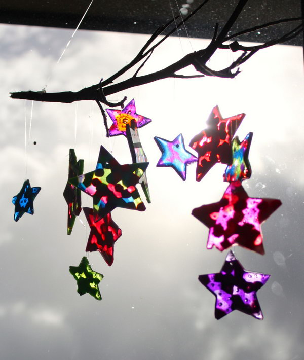 DIY Wind Chime Made with Plastic Stars and Driftwood. Get the directions