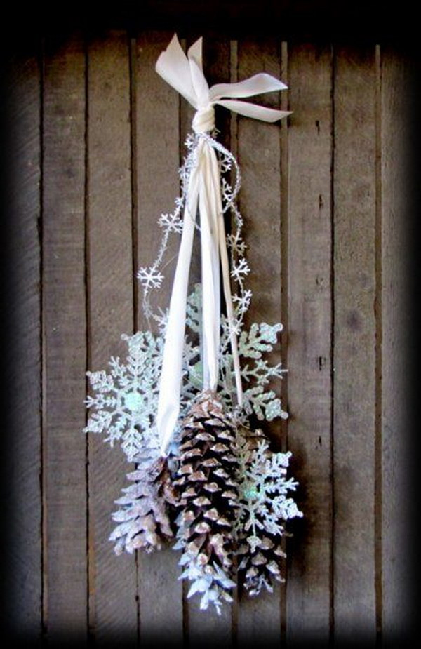 30 festive diy pine cone decorating ideas hative for Decoration porte 3d
