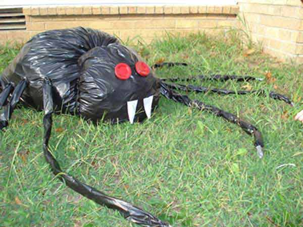 trash bag spider - Diy Halloween Yard Decorations